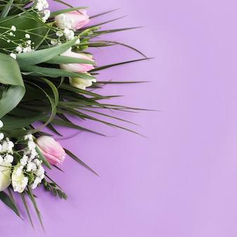 Композиция из цветов и множества тропических растений