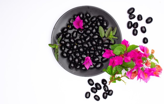 Композиция из свежей черной сливы с цветами