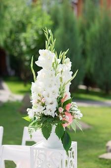 Композиция из живых цветов для свадебной церемонии