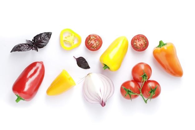 Композиция из свежих спелых помидоров разных сортов мини болгарский перец лук раммарин базилик