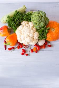 木製のテーブルに新鮮な野菜の組成物。上面図。