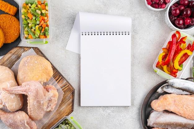 テーブルの上の冷凍食品の組成