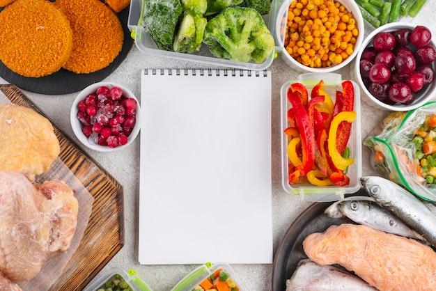 テーブルの上の冷凍食品の組成 無料写真