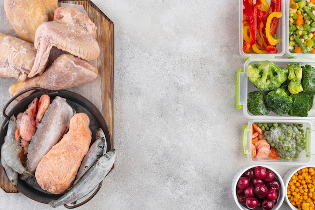 Состав замороженных продуктов на столе