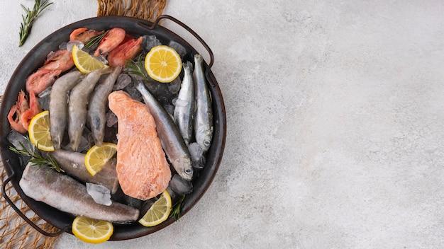 Состав замороженных морепродуктов на столе