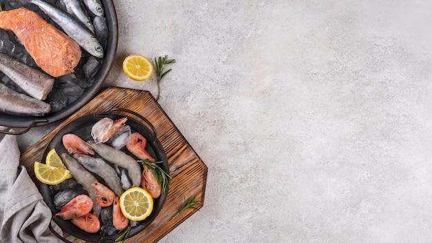 테이블에 냉동 바다 식품의 구성