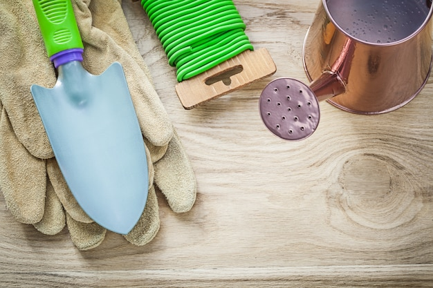 木の板の農業の概念にハンドスペード手袋の水まき缶庭の柔らかいネクタイの組成