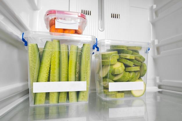 冷蔵庫の中の健康的なローフードの組成