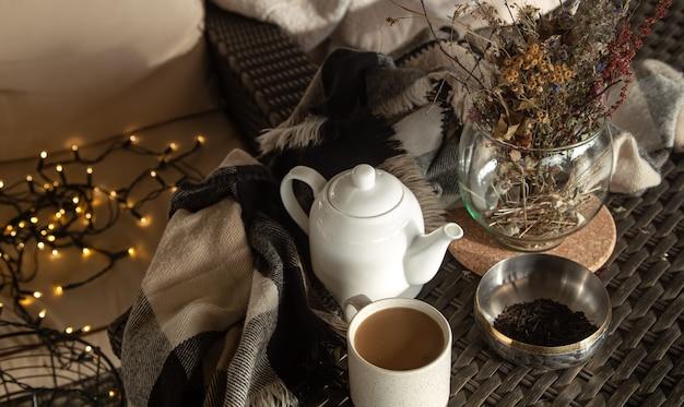 家の装飾の詳細と一杯のコーヒーの構成。ホームコンフォートコンセプト。