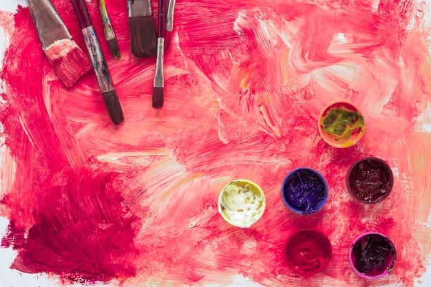インクと紙の上の絵筆の組成