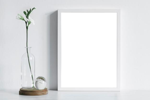 モックアップポスターフレームと小さなアクセサリーテンプレートを使用したインテリアデザインの構成