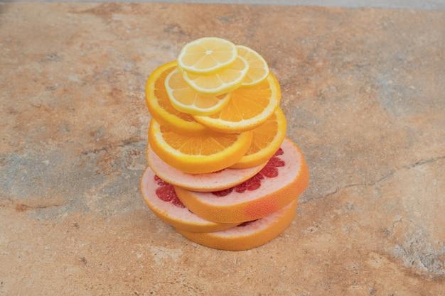 レモン、オレンジ、グレープフルーツのスライスの組成。