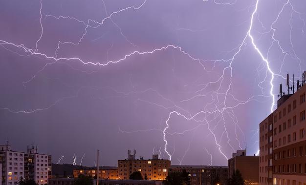 Композиция из молний над городом ночью, стрибро