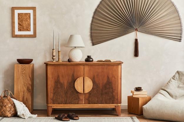 木製の便器と身の回り品を備えたリビングルームの構成テンプレートコピースペース