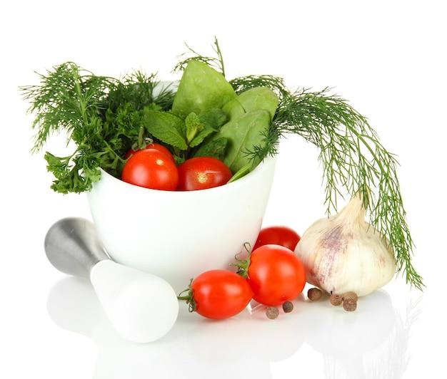 Состав ступки, помидоров и зеленых трав, изолированные на белом