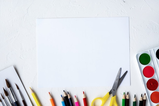 Состав малярной техники. карандаши, фломастеры, кисти, краски и бумага. светлый фон