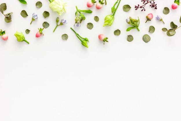 Композиция из розовых и белых летних цветов