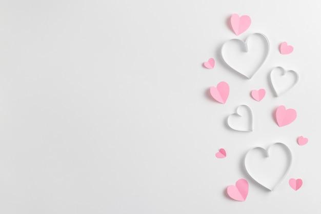 종이로 만든 핑크 하트 구성