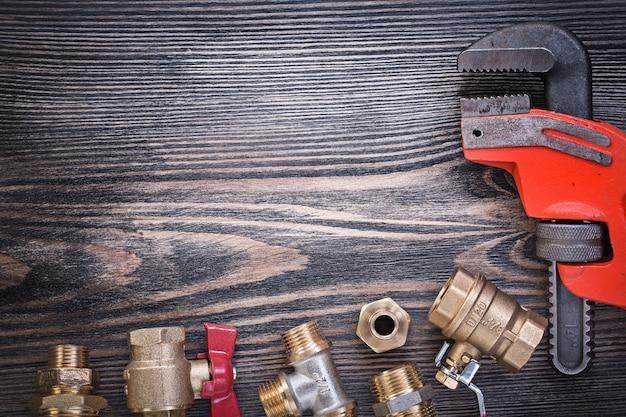 木の板に配管機器の構成