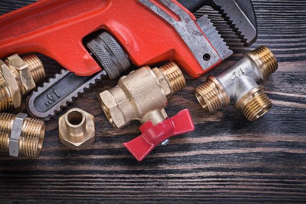 Композиция сантехнических инструментов на деревянной доске