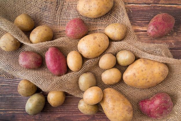 Композиция из картофеля на деревянный стол