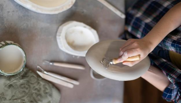 Композиция из керамических элементов в мастерской