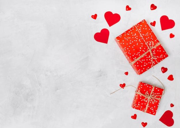 Композиция из подарочных шкатулок и орнамент сердца
