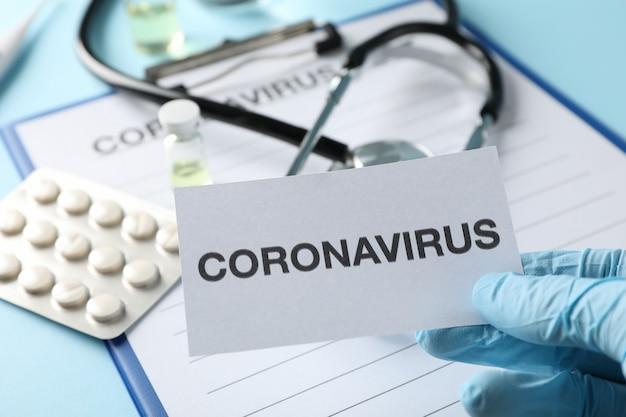 青色の背景、上面にコロナウイルスに対する保護剤の組成物。ヘルスケアと医療の概念