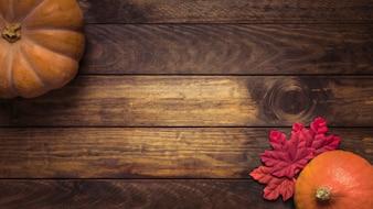 カボチャとカラフルな葉の組成