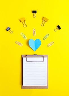 Состав школьных принадлежностей на желтом фоне