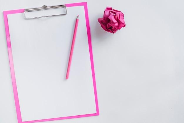 Композиция из эскиза доски карандашом и мятой бумажный шарик