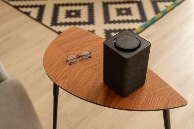 テーブルの上のスマートスピーカーの構成