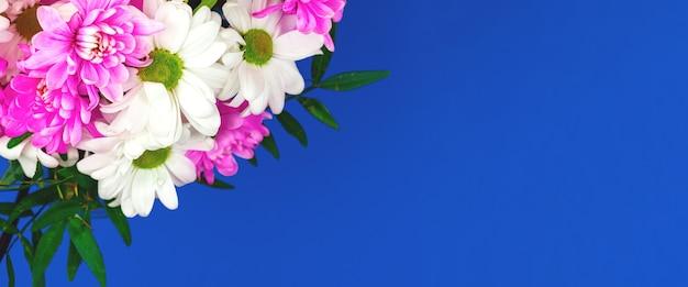 봄 꽃의 구성, 파란색 배경의 꽃다발, 휴일 테마 개념, 평평한 평지, 위쪽 전망 및 복사 공간 사진