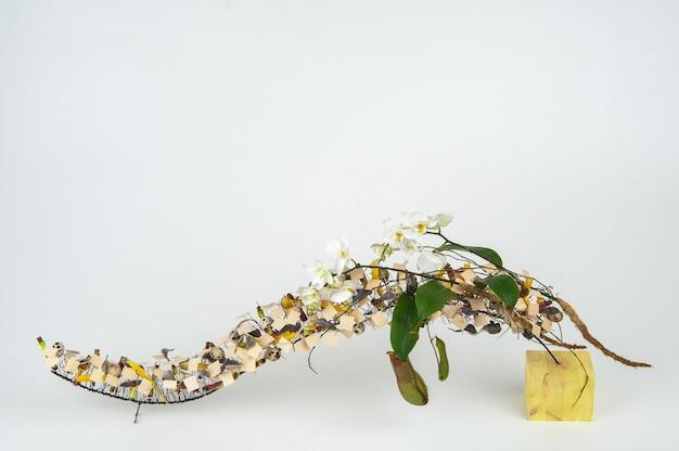 Композиция из весенних цветов на белом фоне