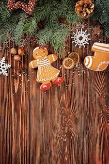 木製の背景においしいジンジャーブレッドクッキーとクリスマスの装飾の構成