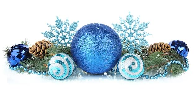 白い表面に分離されたクリスマスの装飾の構成