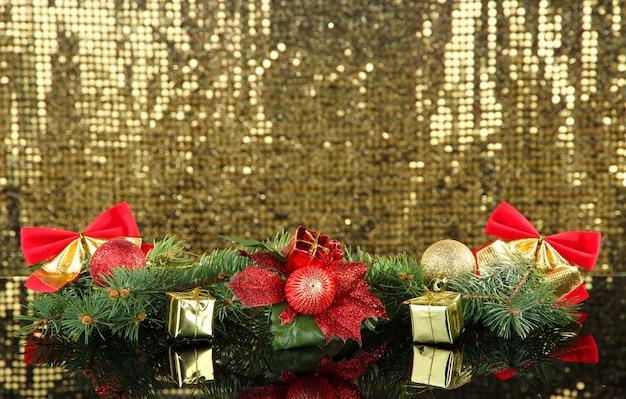 金色の背景にクリスマスの装飾の構成