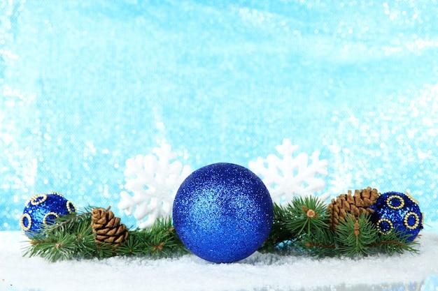 水色の背景にクリスマスの装飾の構成