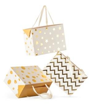 3 떨어지는 선물 종이 상자 흰색 배경에 고립의 구성.