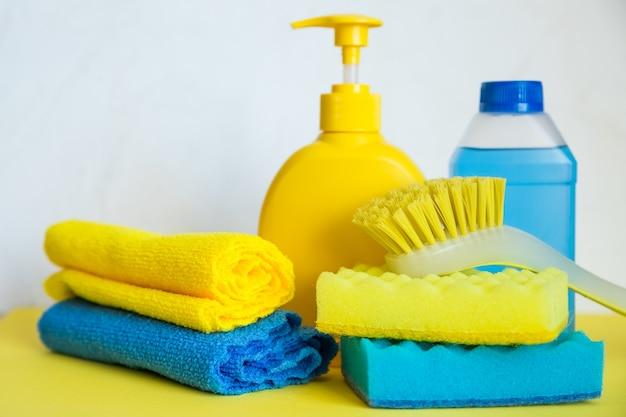 白い背景の家を掃除するためのツールの構成。家事用の汚れやほこり