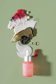 緑の背景にさまざまな化粧品マスク、クリーム、美容液、スクラブ、ローションスミアの組成。美しさの質感。化粧品のサンプル。