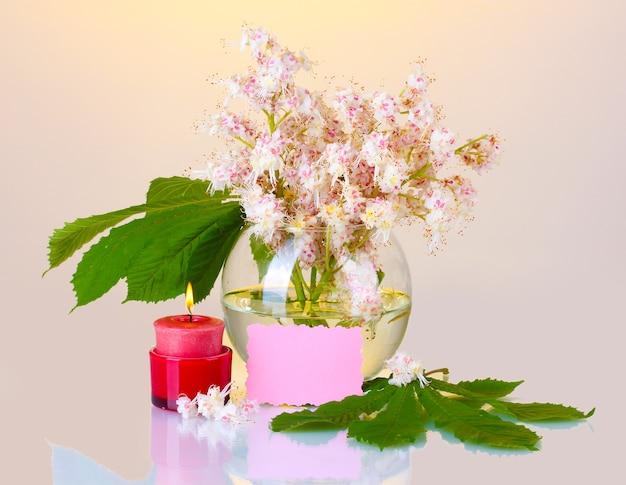 栗の花の花瓶、ろうそく、メモの構成