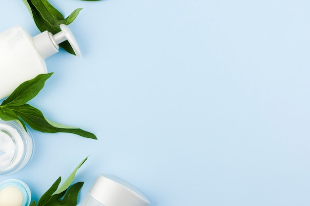Состав белых продуктов и листьев кожи