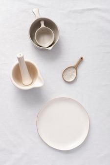 おいしい食事のための白いテーブルの構成
