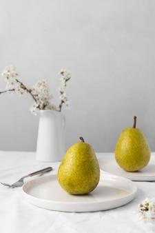 맛있는 건강 식품과 함께 흰색 테이블의 구성