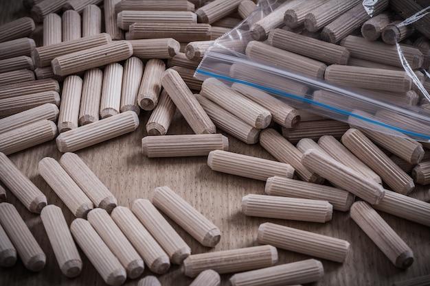 木板建設コンセプトの木製ダボの構成。