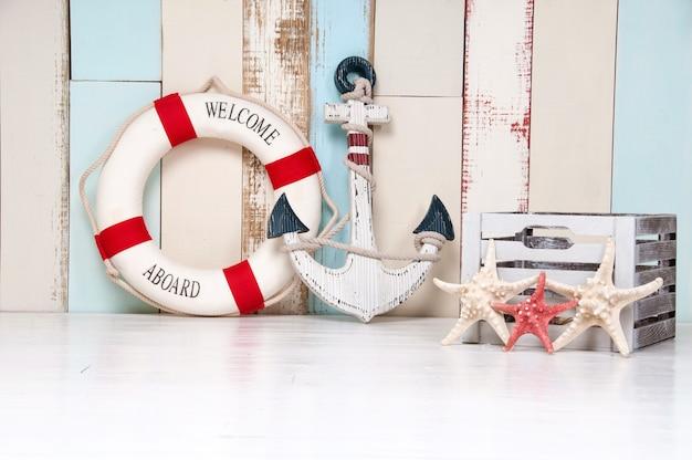 錨と救命浮き輪、貝殻、ヒトデを使った海洋をテーマにした作曲