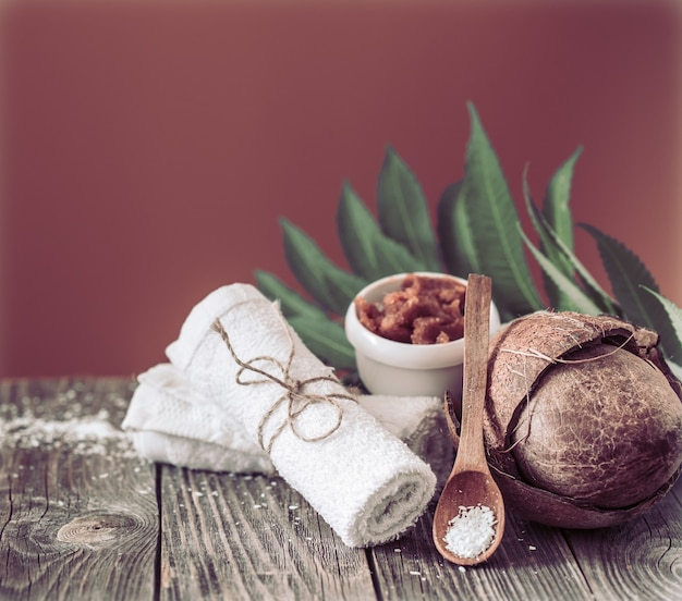 茶色の背景の構成。ココナッツ入りの自然製品
