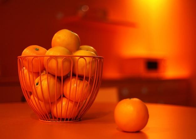 오렌지 컬러 주방에서 오렌지를 구성합니다. 테이블에 오렌지