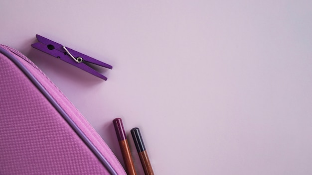 Composizione di matite e spille per penne